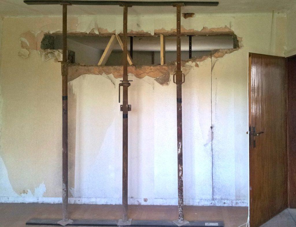 Baustützen stützen die Decke anstelle der tragenden Wand