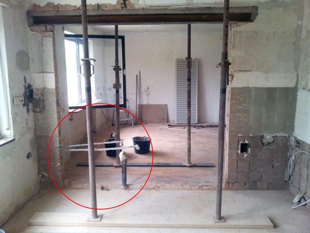 Beim Wanddurchbruch in der Küche wurden die Wasserleitungen freigelegt