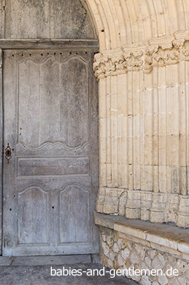 Tür der Kirche am Place Royal in Labastide-d'Armagnac