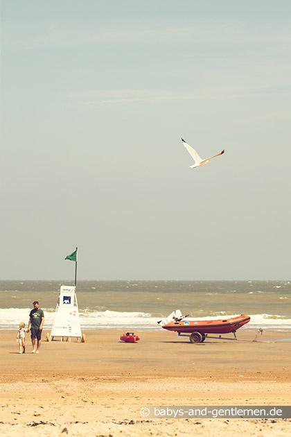 Papa und Tochter am Meer in Knokke-Heist Belgien