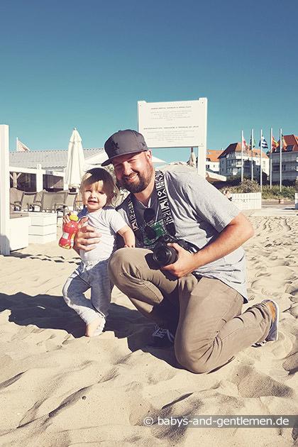 Papa und Sohn im Familienurlaub in Knokke