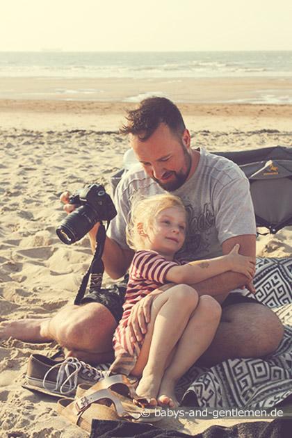 Papa und Tochter am Strand in Knokke-Heist Flandern