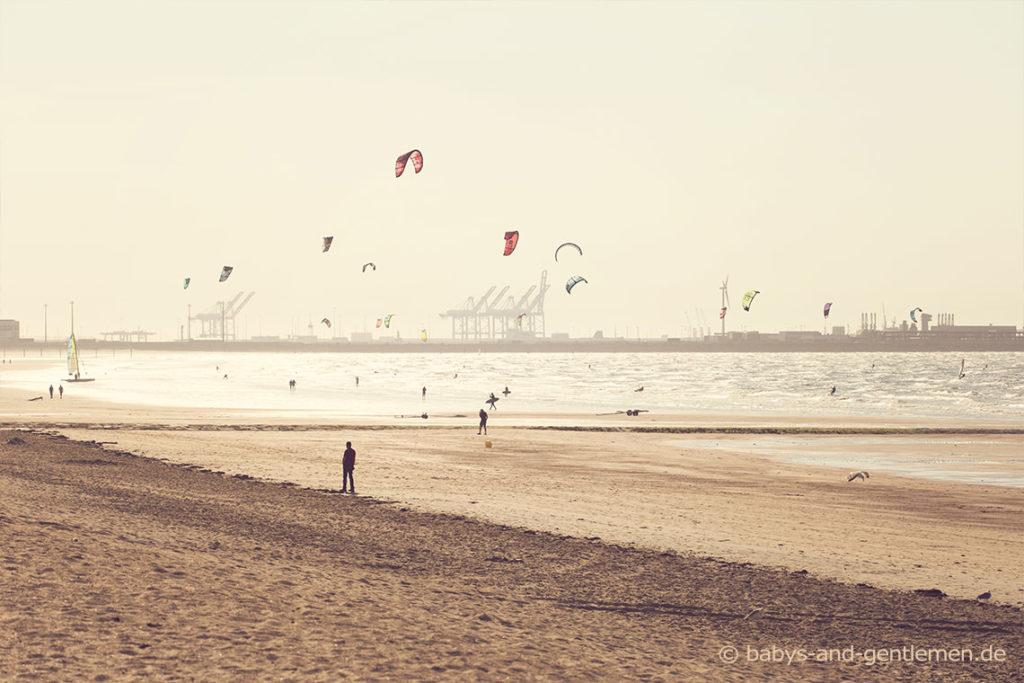 Kitesurfer am Strand von Knokke-Heist mit Blick auf Zeebrugge