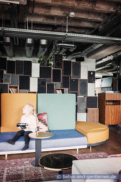 Loungebereich mit Lautsprecher im 25hours Bikini Berlin