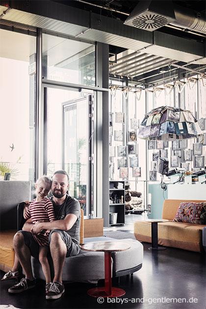 Monkey Bar 25hours Berlin Papa und Tochter, Baby and Gentleman
