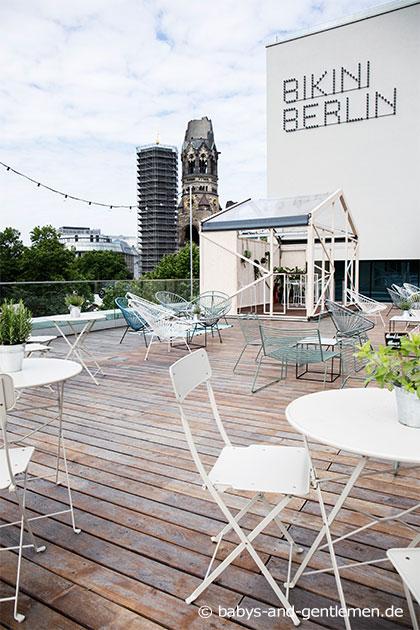 Terrasse Bikini Berlin mit Ausblick auf Gedächtniskirche