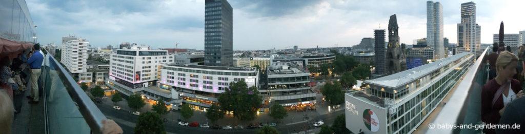 Panorama Blick von der Dachterrasse der Monkey Bar des 25hours Bikini Berlin auf City-West